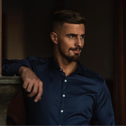 Hemd in dunklem Himmelblau